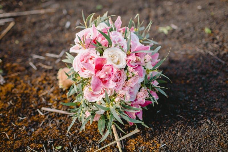 Bröllopbukett som göras av vita och rosa blommor Härligt brud- floristic royaltyfri foto