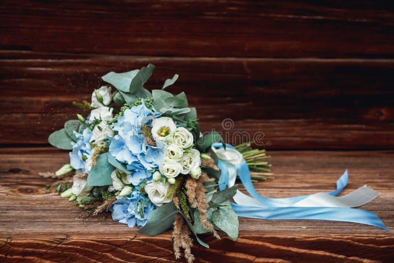 Bröllopbukett som ligger på en träyttersida fotografering för bildbyråer