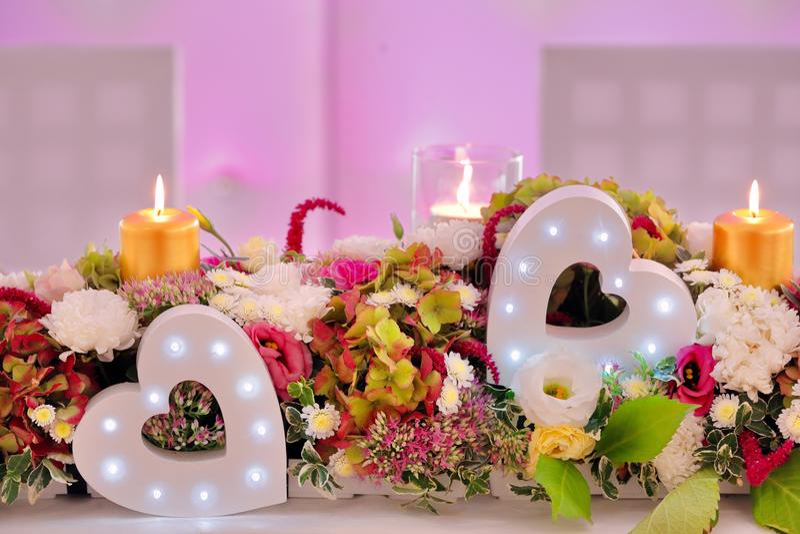 Bröllopbuketten av blandningen blommar på parti- eller bröllopmottagandet arkivfoto