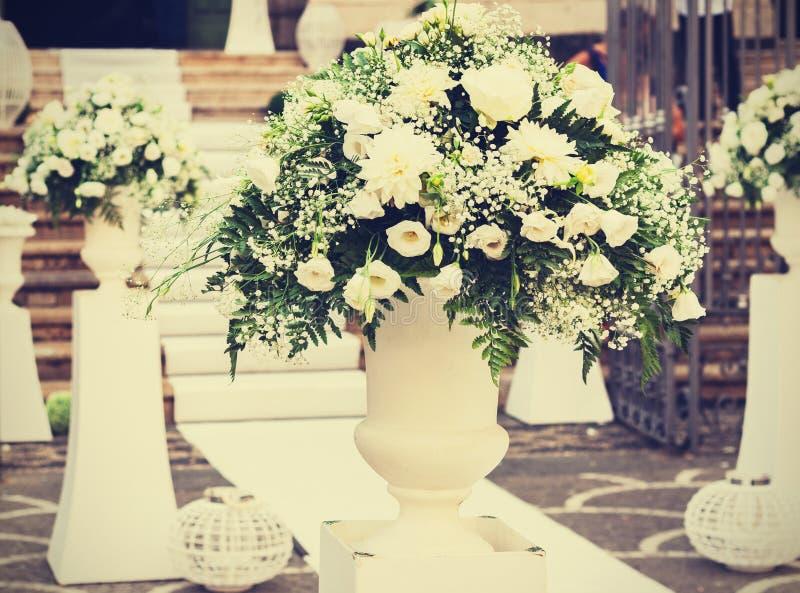 Bröllopbuketter av blommor nära ingången till kyrkan royaltyfri fotografi
