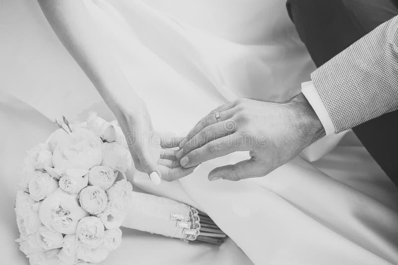 Bröllopbuketter Människan räcker att trycka på arkivbilder