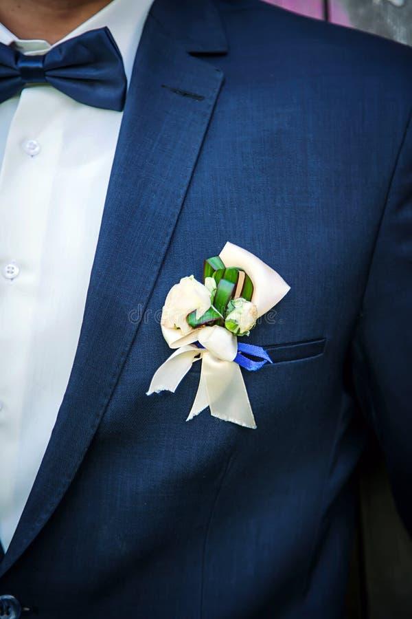 Bröllopbutenerka på ett blått omslag arkivfoton