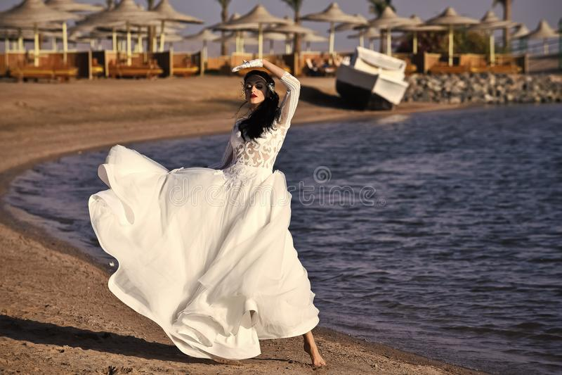 Bröllopbyrå Brud på solig sommardag på seascape royaltyfria foton