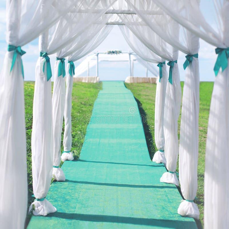Bröllopceremoni, båge från tältet och banan royaltyfria bilder