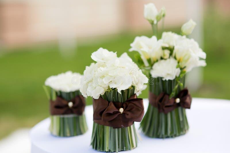 Bröllopceremoni blommar dekoren fotografering för bildbyråer