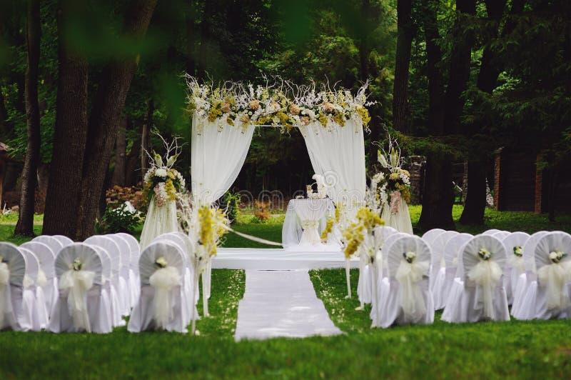 Bröllopceremoni i trädgård royaltyfri fotografi