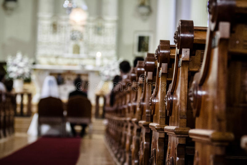 Bröllopceremoni inom en kyrka royaltyfria bilder