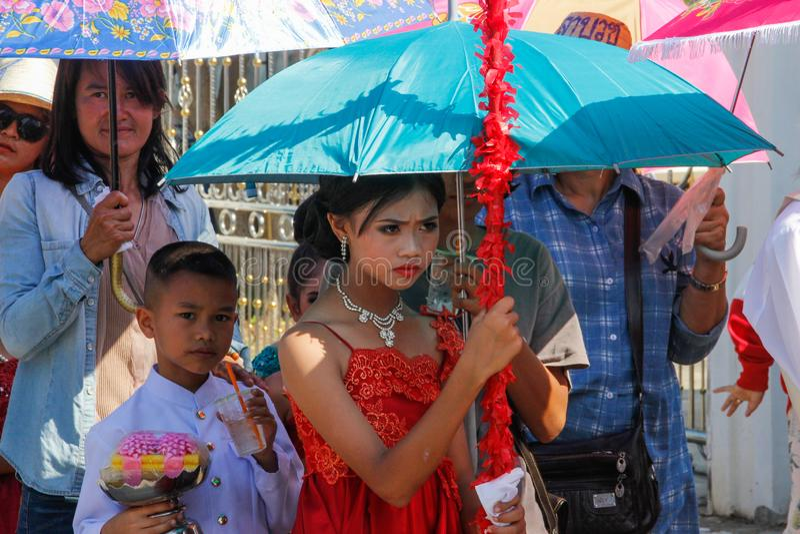 Bröllopceremoni på gatan Flicka i en röd klänning under ett paraply royaltyfri bild