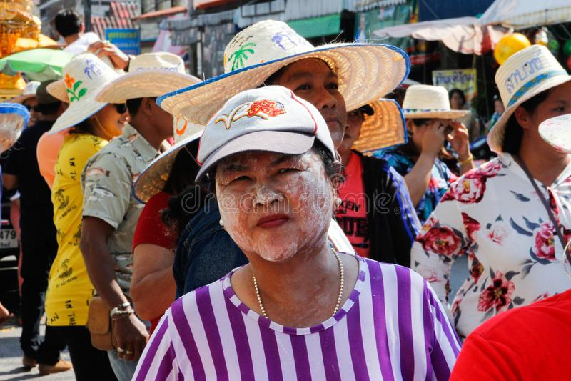 Bröllopceremoni på gatan Kvinnan suddade hennes framsida med vit lera från solbränna arkivbilder