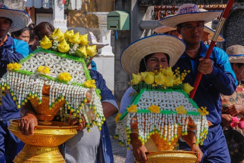 Bröllopceremoni på gatan Kvinnor bär stora buketter av gula blommor royaltyfri fotografi