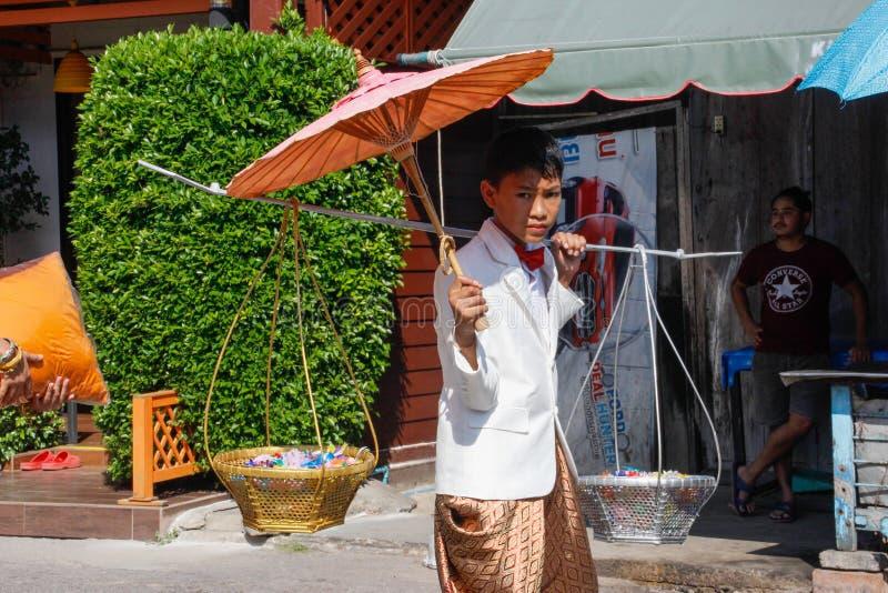 Bröllopceremoni på gatan Ung thai ung man i nationell klänning royaltyfria foton