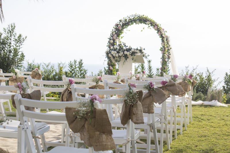 Bröllopceremoni som ställer in den utomhus- sjösidan arkivbild