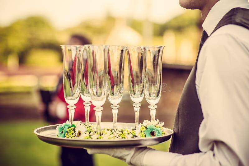 Bröllopceremoni, uppassare med champagneexponeringsglas arkivfoton