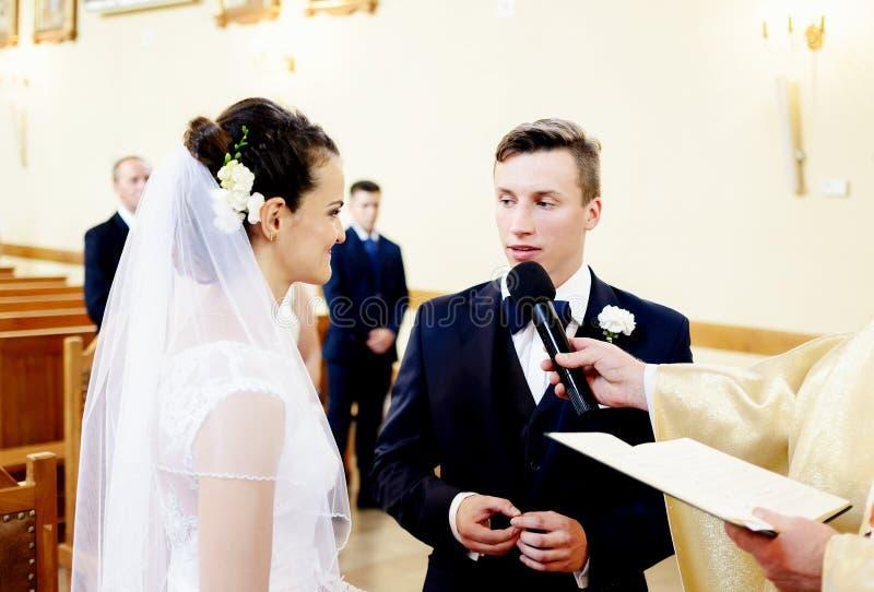 Bröllopceremonin i kyrkan arkivbild