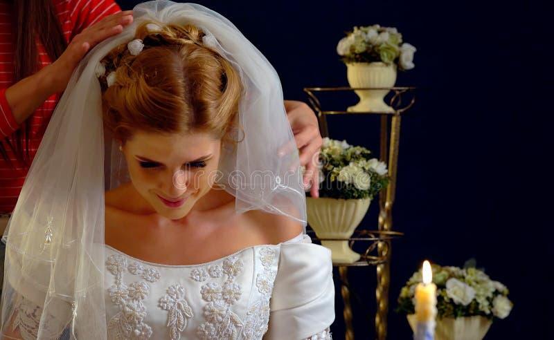 Bröllopclothers skyler som bruden försöker på arkivfoton