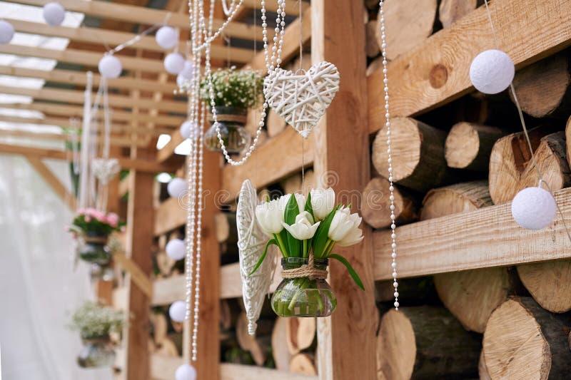 Bröllopdekor i lantlig stil för ceremoni royaltyfria bilder