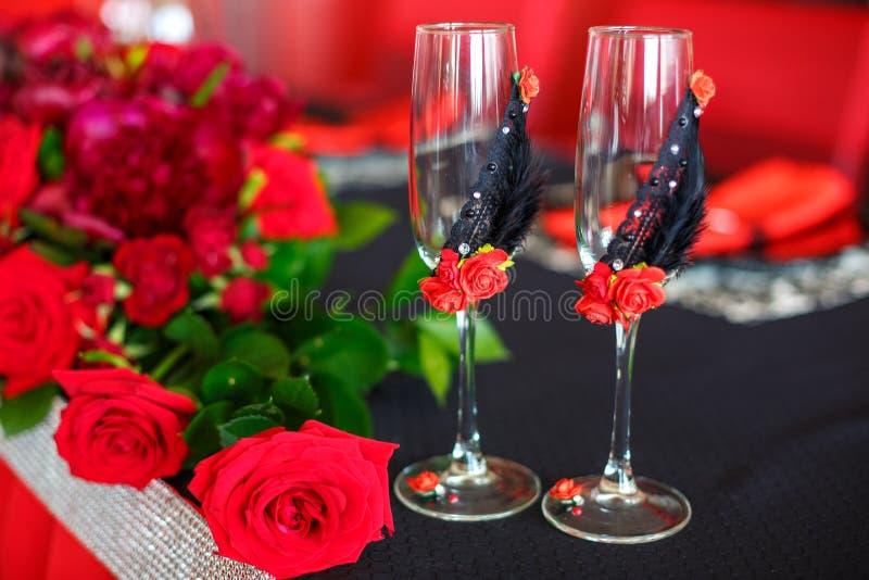 Bröllopdekor i rött, bröllopexponeringsglas för nygifta personer royaltyfria foton