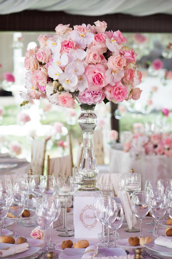 Bröllopdekor i restaurangen arkivfoto