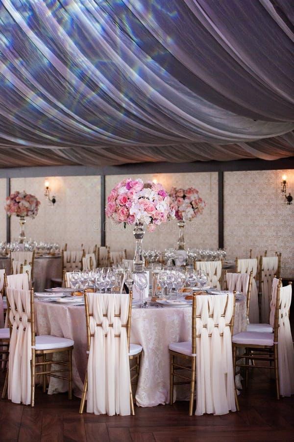 Bröllopdekor i restaurangen royaltyfria bilder