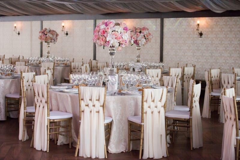 Bröllopdekor i restaurangen royaltyfria foton