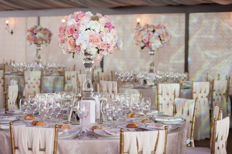 Bröllopdekor i restaurangen arkivfoton