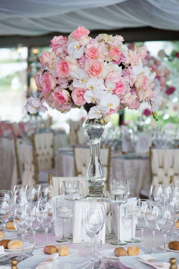 Bröllopdekor i restaurangen royaltyfri bild