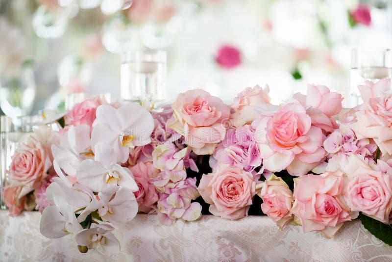 Bröllopdekor i restaurangen royaltyfri foto