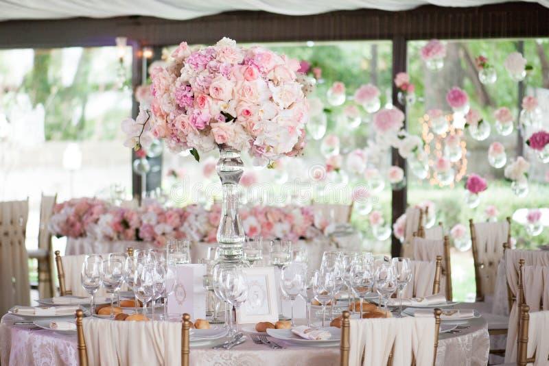 Bröllopdekor i restaurangen fotografering för bildbyråer