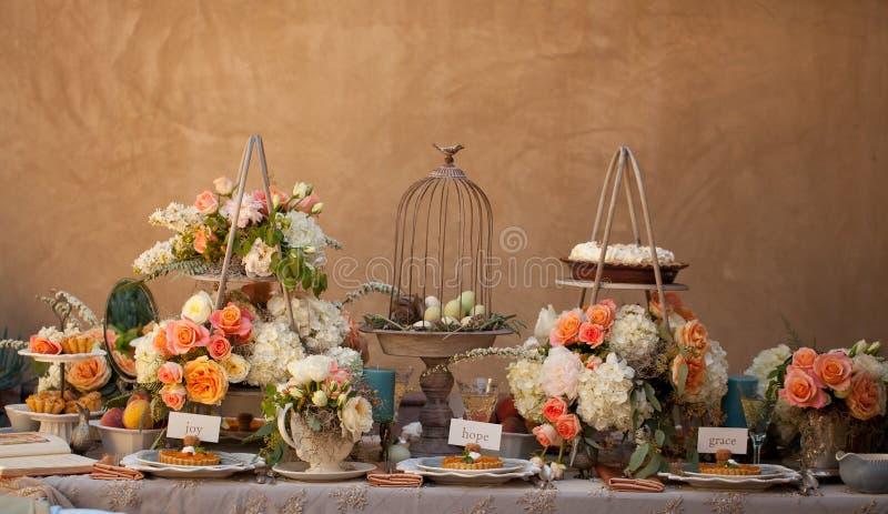 Bröllopdekoren bordlägger inställningen och blommor arkivbilder