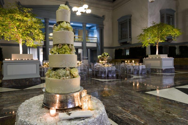 BröllopdeltagareCake royaltyfri bild
