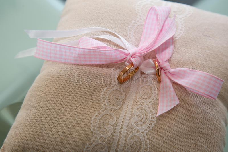 Bröllopet Pillow gold ring cushion rosa band royaltyfri bild