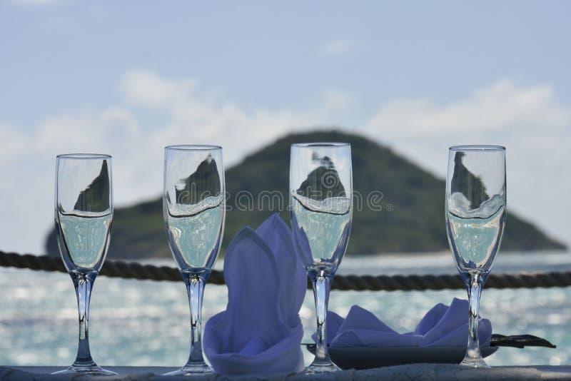 Bröllopexponeringsglas med ön i bakgrund arkivfoton