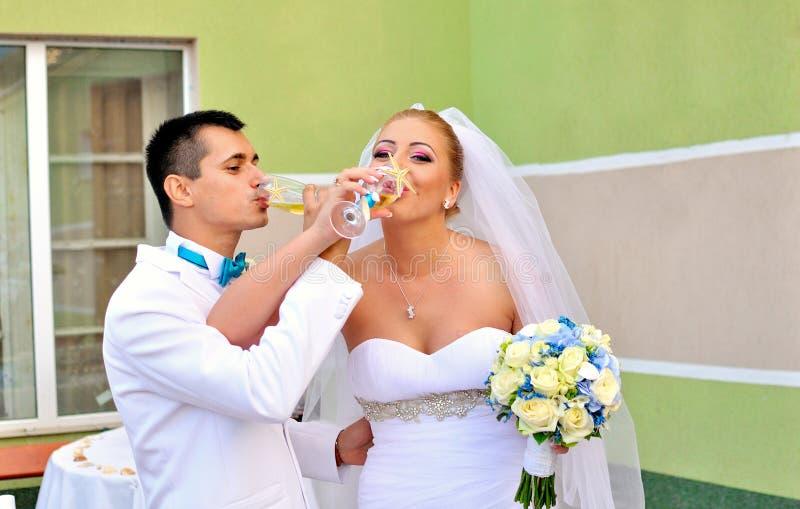 Bröllopexponeringsglas med champagne arkivbild