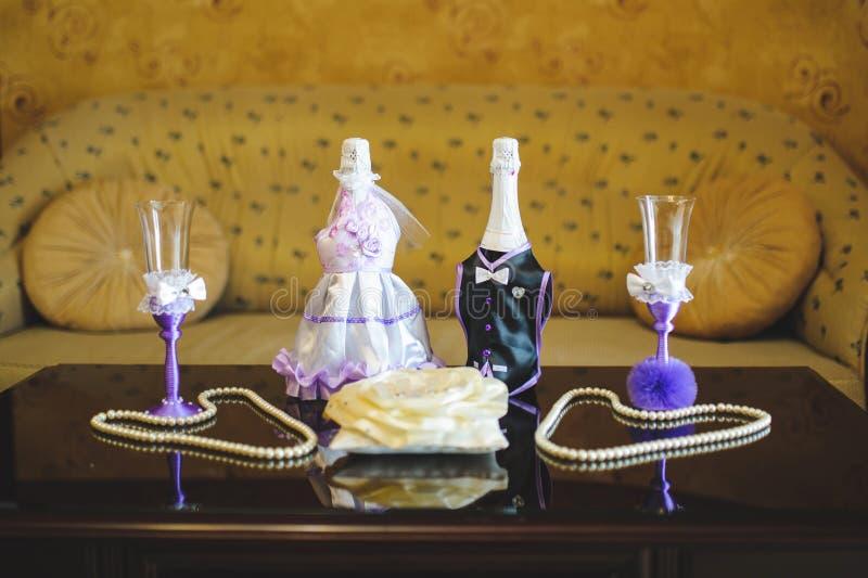 Bröllopexponeringsglas och Champagne Bottles fotografering för bildbyråer