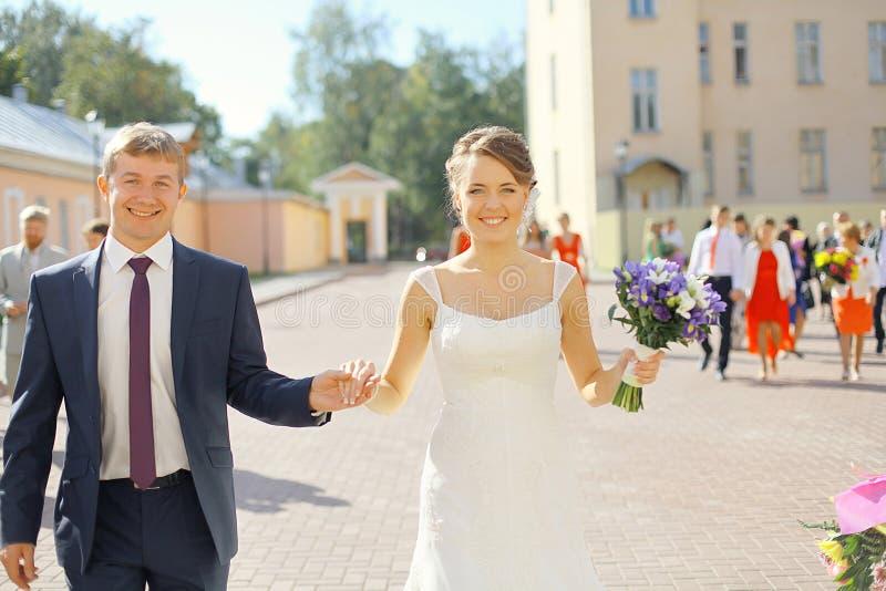 Bröllopfoto av bruden och brudgummen royaltyfri foto