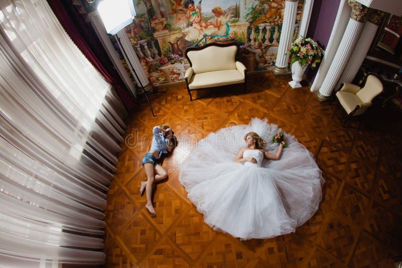 Bröllopfotografen tar bilder bruden arkivbild
