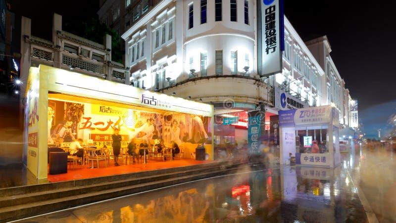 Bröllopfotografi shoppar på regnnatten, srgbbild arkivfoto