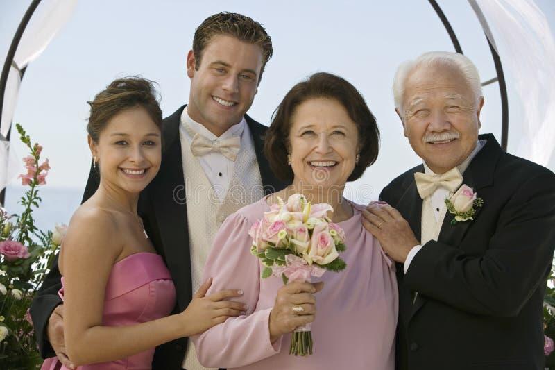 Bröllopgäster med blommabuketten arkivbilder
