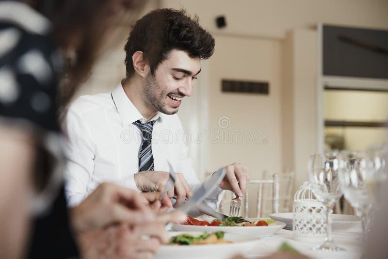 Bröllopgäster som äter ett mål arkivfoto