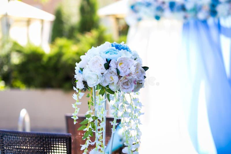 Bröllopgarnering, garnering av korridoren, en härlig bukett royaltyfria bilder