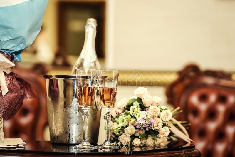 Bröllopgarnering med två exponeringsglas av champagne på ceremoni, gifta sig arkivfoto