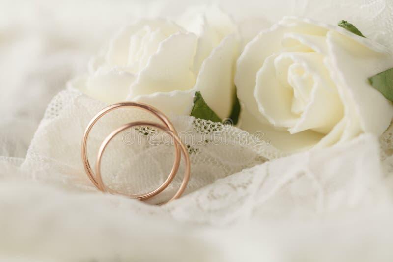 Bröllopgarnering med vigselringar arkivbilder