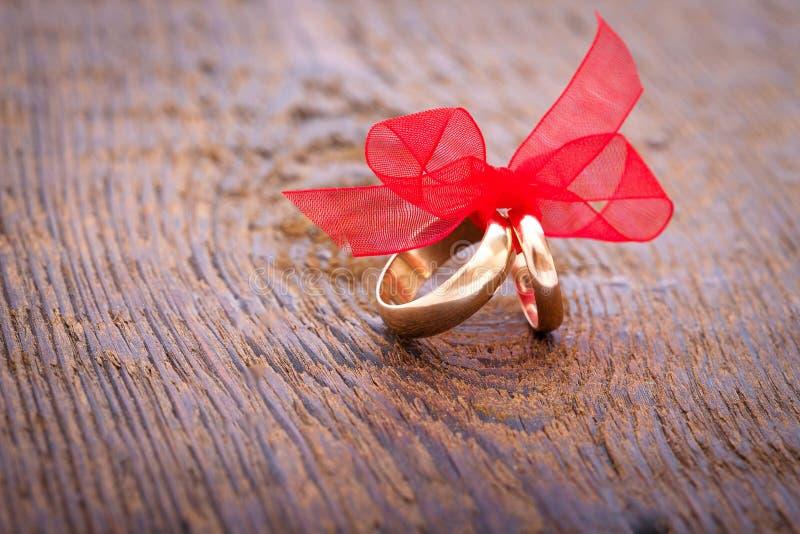Bröllopgarnering ringer med det röda bandet arkivfoto