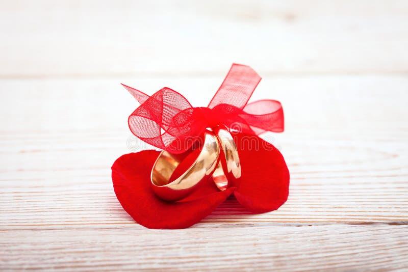 Bröllopgarnering ringer med det röda bandet arkivbild