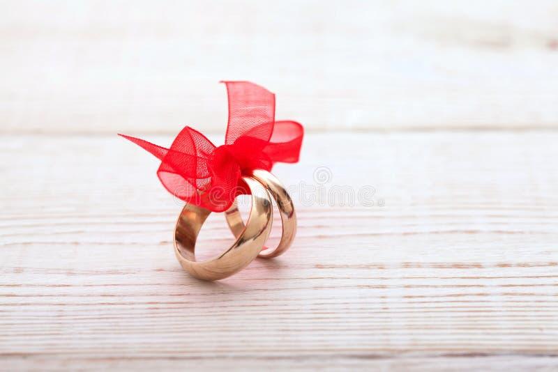 Bröllopgarnering ringer med det röda bandet fotografering för bildbyråer