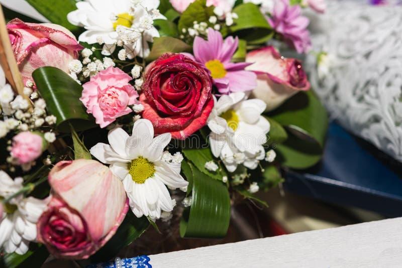 Bröllopgarneringar av blommor, korgar, kaka för brudar arkivbild