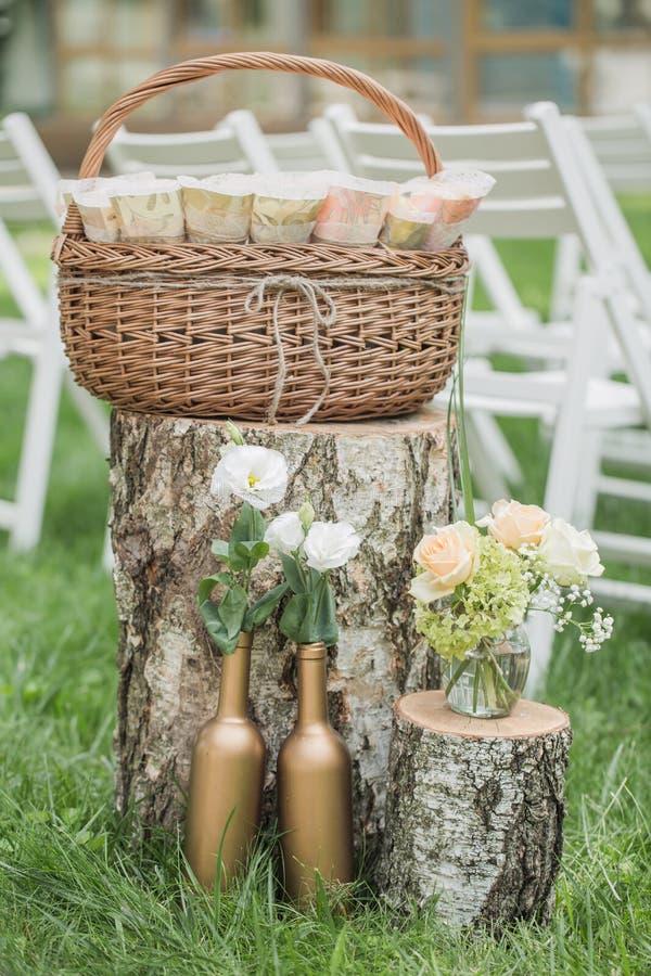 Bröllopgarneringar i lantlig stil Utflyktceremoni gifta sig i natur Stearinljus i dekorerade krus arkivbild