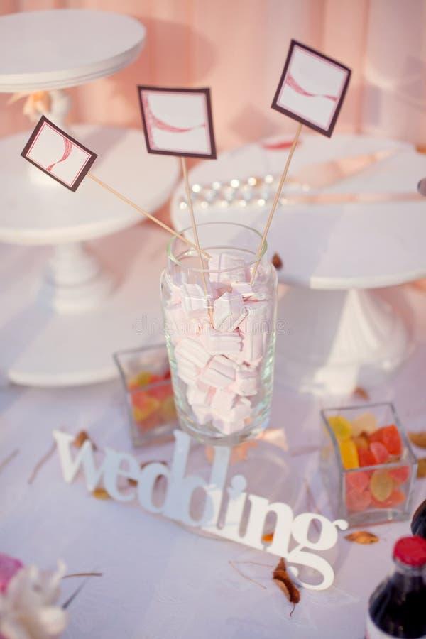 Bröllopgodisstång med plattor arkivfoton