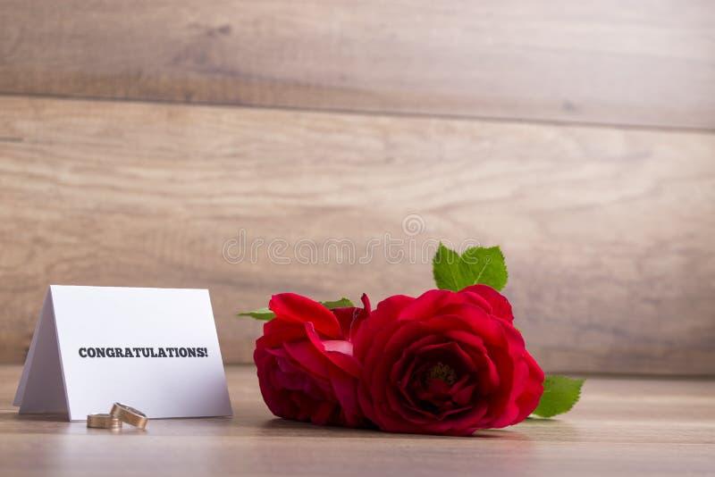 Bröllophälsningar - det vita kortet med lyckönskan undertecknar, weddin arkivfoto