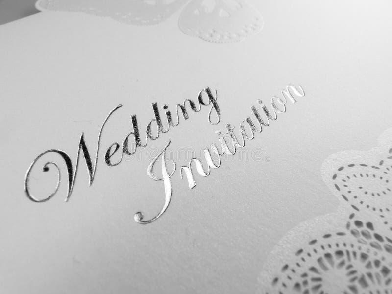 Bröllopinbjudanvit och silver royaltyfri foto